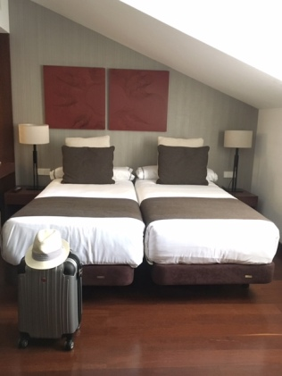 hotel_beds_luggage